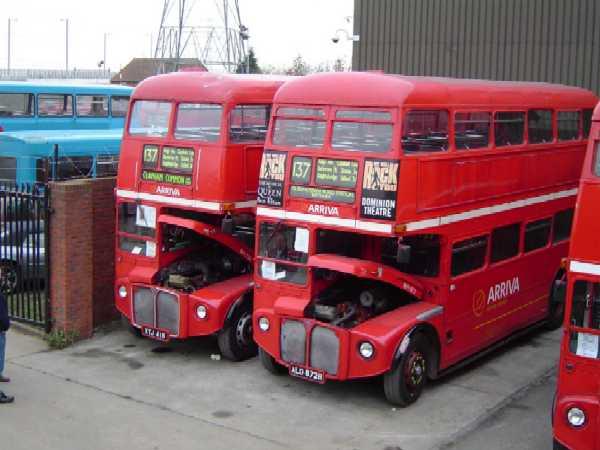 Двухэтажные автобусы Routemaster RM на стоянке