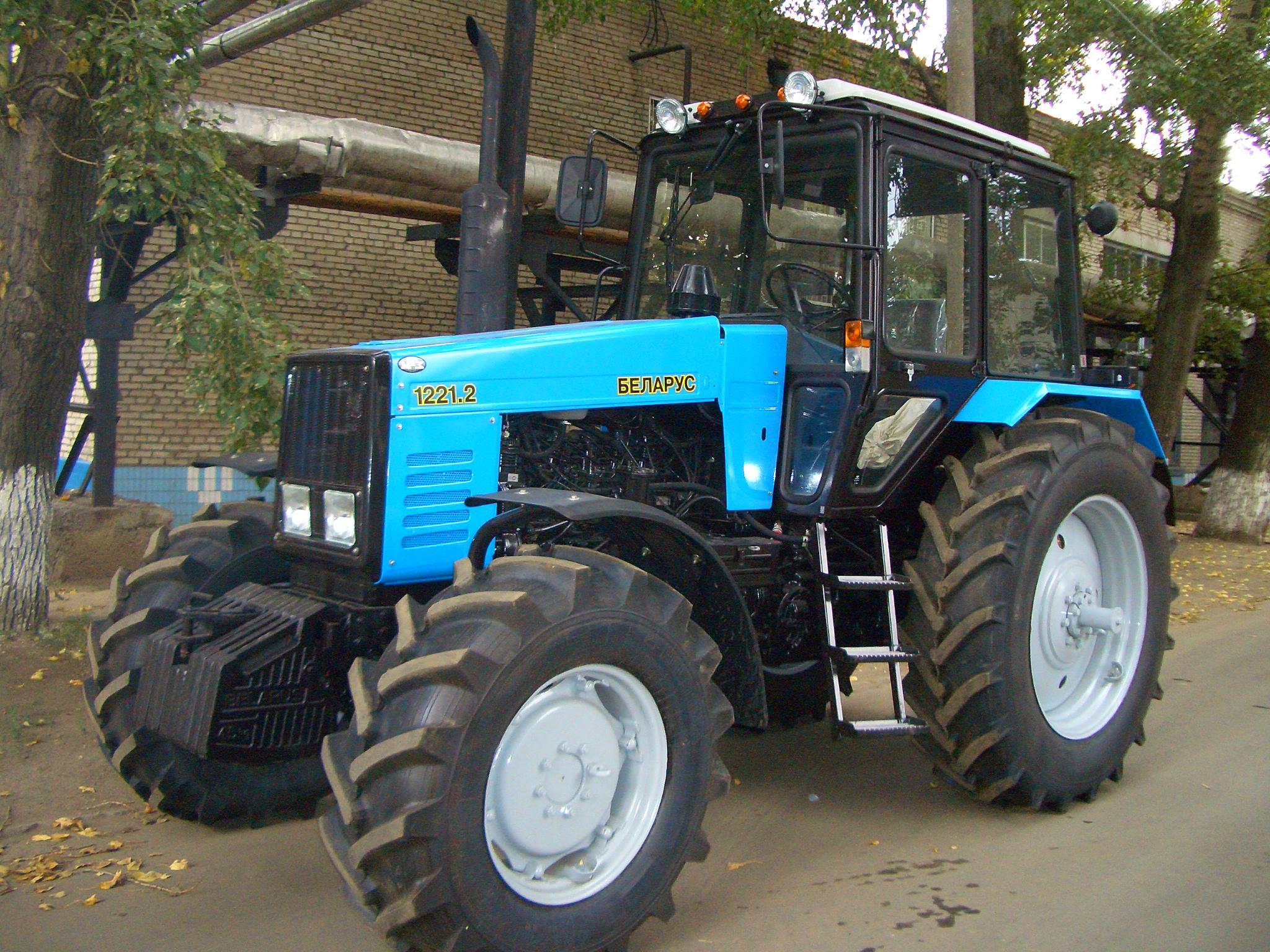 Какие цены на трактор МТЗ-1221.2 в России?
